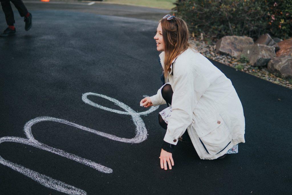 Woman-drawing-chalk